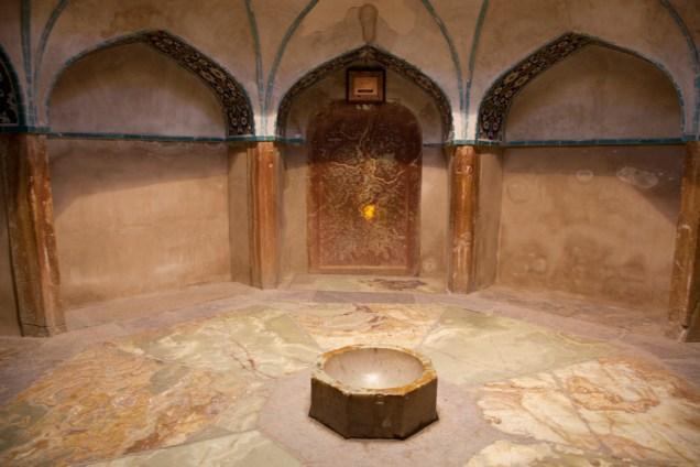 半透明狀的時間石,當陽光從外面射進來時在洗澡的人便可憑光亮度猜出大概的時間