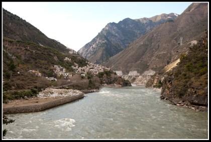 大渡河穿過丹巴縣城