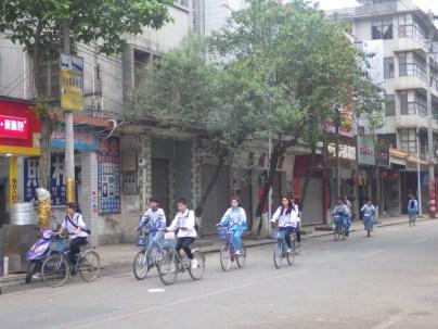 酒店後大街,學生踩單車返學