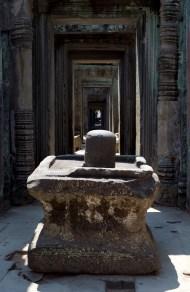 印度教廟宇中心內部常見的林迦(Linga),圓柱代表濕婆神的陽具,方型凹槽台象徵女性生殖器優尼 (Youni), 開口向北面, 代表子宮的產道,象徵著生命的延續