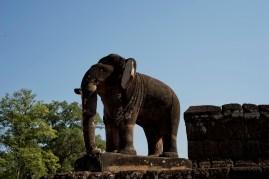 寺內四角有巨象守著