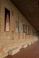 外廊牆壁上展示了由不同國家贈送的聖母畫像,每一張畫的聖母和聖嬰形象都有送贈國家的本土特色