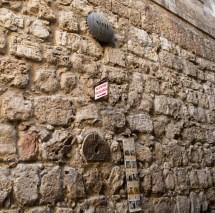 第8 站 - 耶穌安慰耶路撒冷的女子,外牆上標記著拉丁十字架