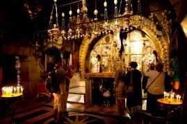 第10站 - 耶穌被脫去衣服 第11站 -耶穌被釘在十字架 第12站 - 耶穌死在十字架上,朝聖者排隊鑽進祭壇下的洞去祈禱