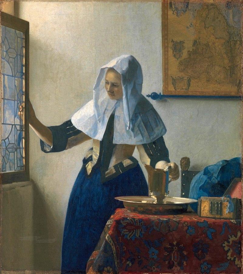 vrouw met een waterkan in zacht licht