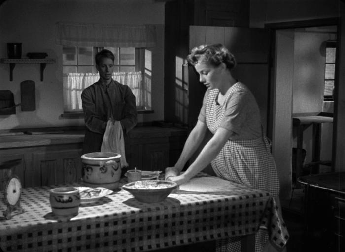 twee personen rondom een keukentafel
