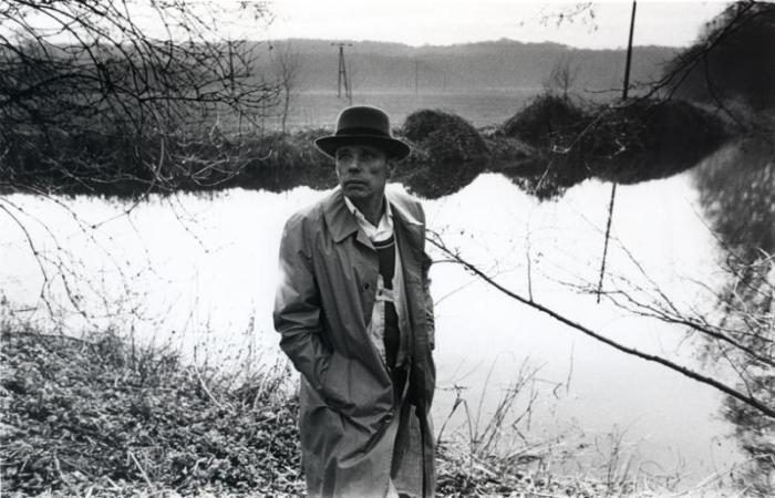 kunstenaar beuys bij een poel in 1978