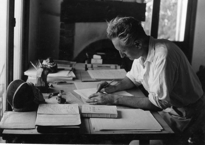schrijver achter zijn bureau