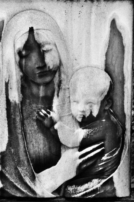 religieus grafmonument met moeder en kind