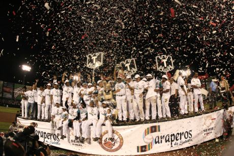 Saraperos de Saltillo festejan su campeonato. (saraperos.com.mx)