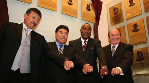Mercedes Esquer, Teodoro Higuera, Jimmie Collins y Dr. Arturo León Lerma con sus anillos conmemorativos