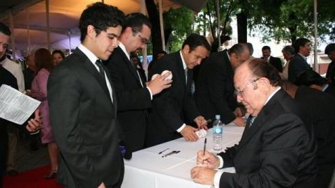 Firma de autógrafos por los homenajeados