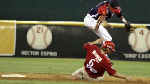 Brandon Sing de Venados de Mazatlán barriéndose fuerte en segunda base