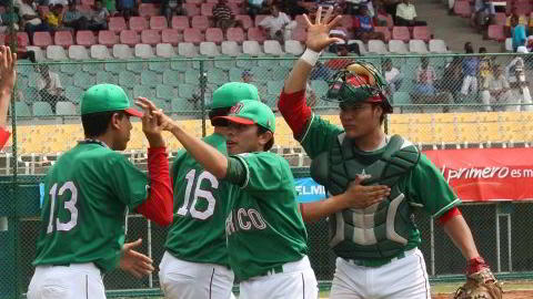 México celebrando victoria sobre Canadá en el inicio de la segunda ronda
