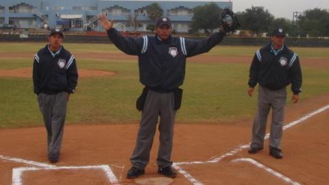 Umpires de la Academia de la Liga Mexicana suspendiendo por lluvia