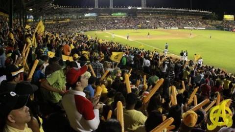 Lleno en el estadio de Águilas Cibaeñas en la República Dominicana
