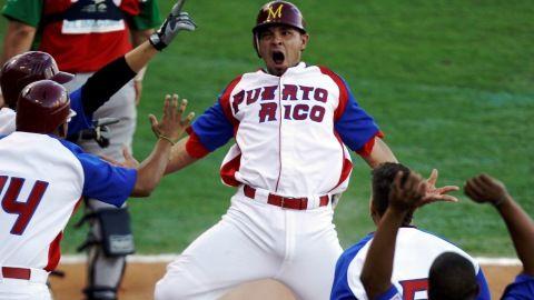 Johnny Monell de Puerto Rico anotando en la Serie del Caribe 2012