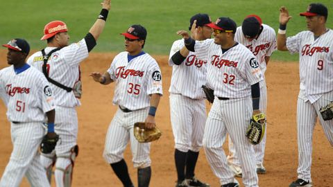 Tigres de Aragua de Venezuela celebrando triunfo en la Serie del Caribe