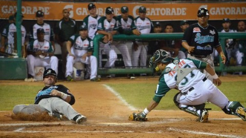 Hernando Arredondo anota evitando a Mario Iván Santana