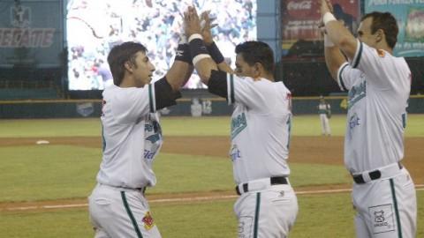 Daniel Castro de Saraperos de Saltillo felicitado ante Olmecas