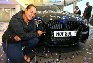 """MUJER GANA UN AUTO BMW NUEVO POR SER DEMASIADO """"INOCENTE"""""""