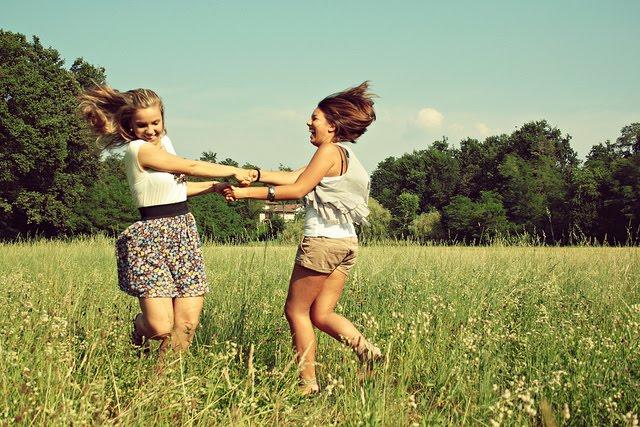 amigas-bailando-en-el-campo