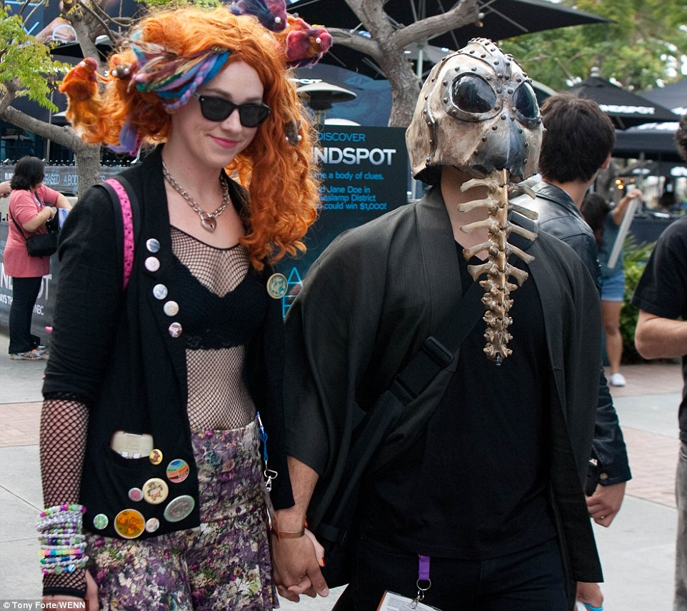 2A64E6C600000578-3157610-Fans_and_Cosplayers_kicked_off_Comic_Con_at_the_San_Diego_Conven-a-76_1436643052402