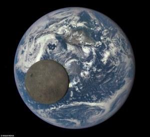"""Telescopio espacial capta a la luna cruzando la Tierra desde su """"lado oscuro"""""""