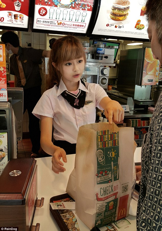 2B5C09C800000578-3200934-A_McDonald_s_worker_in_Taiwan_is_encouraging_extra_custom_after_-a-10_1439819390263