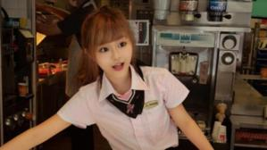 """Conoce a esta trabajadora de un McDonalds de Taiwan donde los clientes acuden solo para verla: camarera """"diosa"""" con cara de muñeca"""