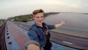 Intrépido joven Ucraniano se sube al techo de un tren en movimiento y lo registra en video FPV