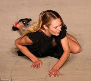 Un verdadero ángel caído: La modelo de Victoria Secret, Candice Swanepoel cae en la pasarela de NYFW