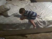 [Video] No te pierdas cómo este bebé ingenioso se las arregla para bajar solito de la cama.