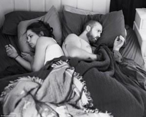 Este fotógrafo elimina los teléfonos móviles de las imágenes de las parejas y las familias para exponer cuán adictos a la tecnología nos hemos convertido