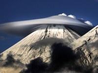 Impresionantes cielos: formaciones de nubes lenticulares nunca antes vistas por encima de las montañas rusas parecen naves extraterrestres