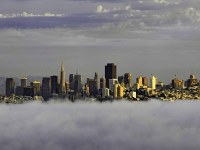 Fotos fascinantes muestran a la ciudad de San Francisco salir de un manto de niebla