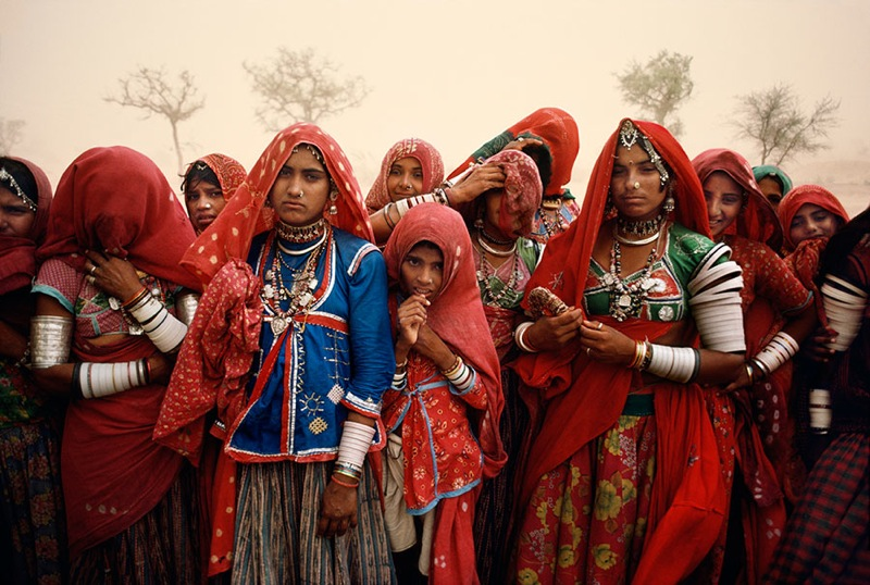 CLUSTER-OF-WOMEN-DURING-A-DUST-STORM-RAJASTHAN-INDIA-1983-1-C32406
