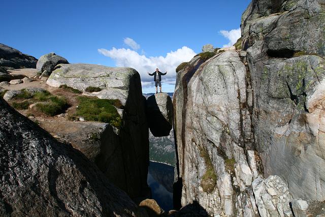 Kjeragbolten-kjerag-norway-boulder-1