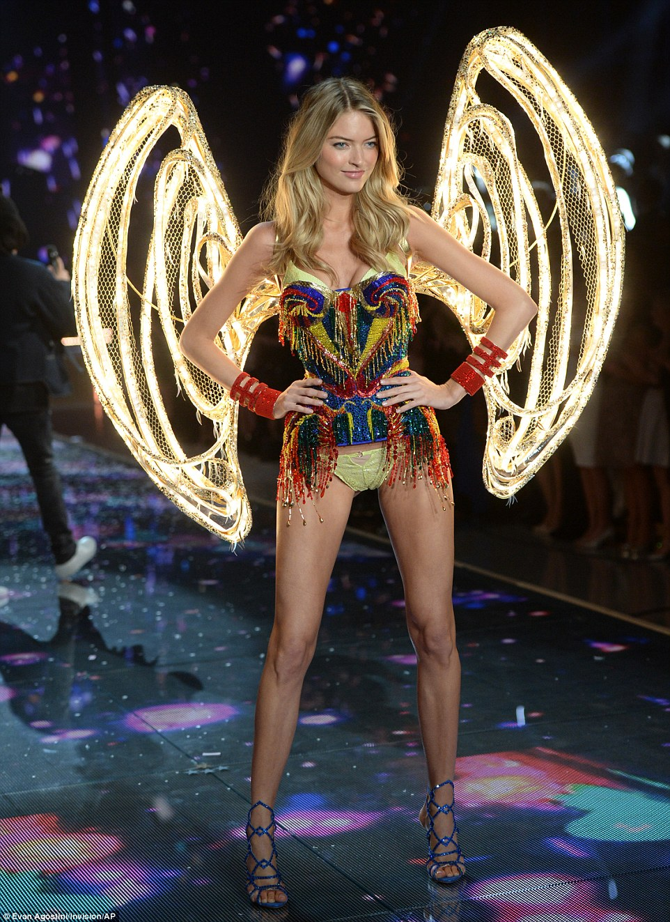 2E53360F00000578-3312676-Bright_angel_Martha_Hunt_wore_a_pair_of_glowing_lit_wings_that_l-a-68_1447246962999