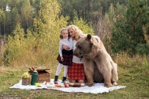 ¡Mamá, esto no es lo que quise decir cuando te pregunté si podía llevar mi oso de peluche al picnic! Increíbles fotografías muestran madre e hija disfrutando de una comida al aire libre con un oso gigante