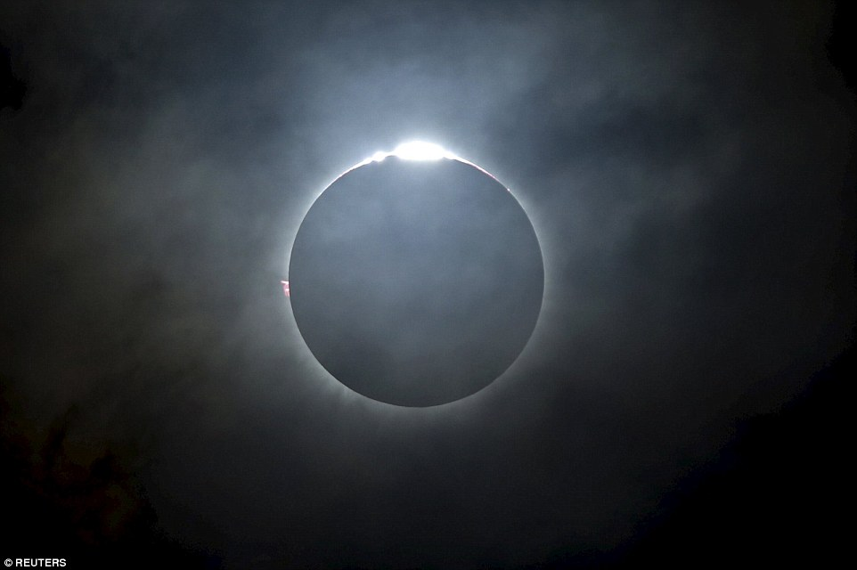 3203EB8A00000578-3482995-The_total_solar_eclipse_as_seen_from_the_beach_on_Ternate_island-a-19_1457509410419