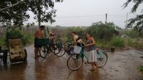Aproveitando a chuva para lavar as bikes e as almas
