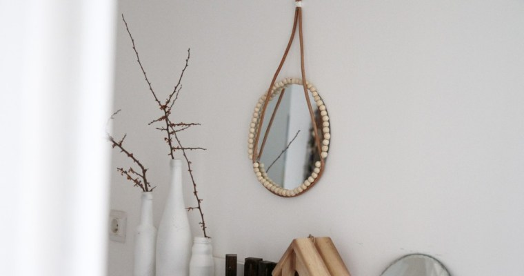 Un miroir en cuir & perles