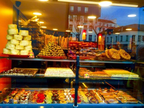 Photo of the window of Tunisian sweet shop, Rose de Tunis
