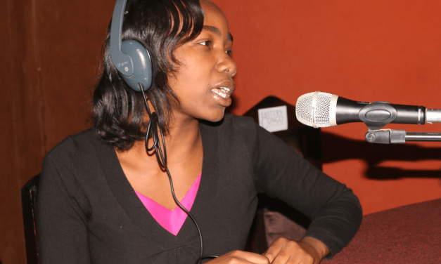 Isabelle Riba reçoit le prix de la jeune femme journaliste