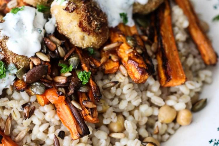 farro met geroosterde wortels, kikkererwten en kipgehaktballetjes