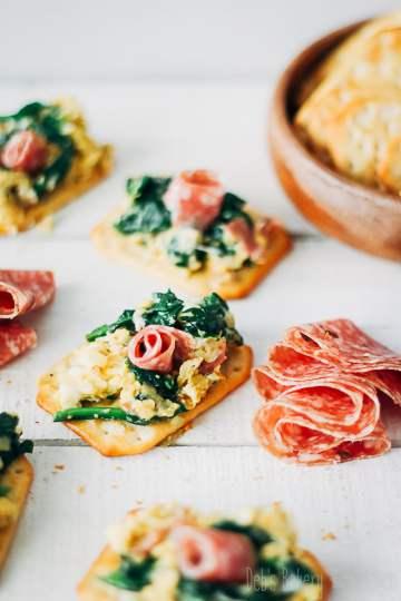 hapje met scrambled eggs, spinazie en truffelsalami