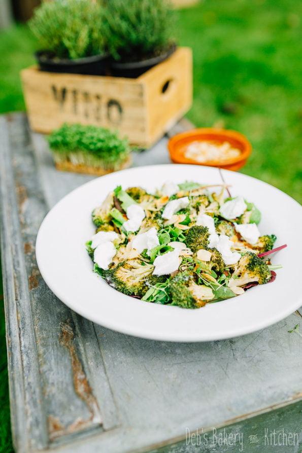 broccolisalade met amandelen en geitenkaas