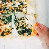 Plaattaart van filodeeg met prei spinazie en feta