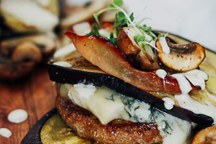 hamburger met gegrilde aubergines